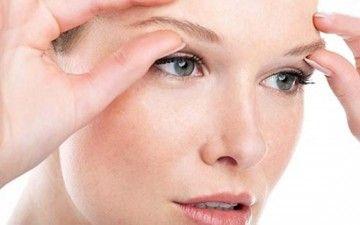 Усунення зморшок під очима за допомогою гіалуронової крему